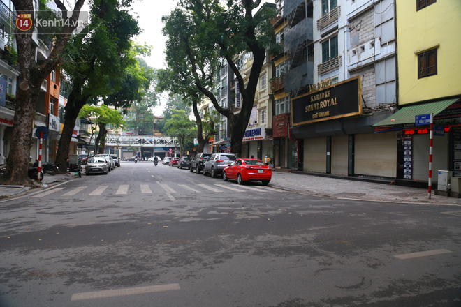 Ngắm nhịp sống trầm lặng trên những con phố siêu ngắn ở Hà Nội mùa dịch Covid -19 - ảnh 19