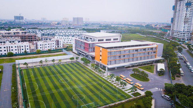 Hà Nội: Trường Quốc tế Singapore thu 80% học phí dù học sinh nghỉ học tránh dịch, phụ huynh đội nắng lên trường phản đối  - Ảnh 3.