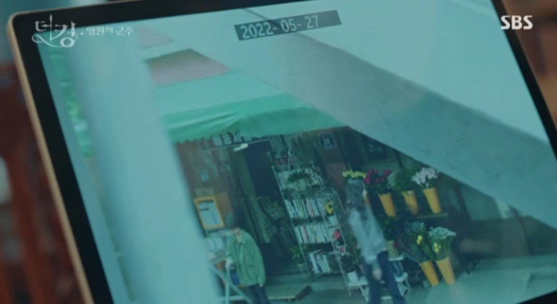 Lại twist đau não ở tập 9 Quân Vương Bất Diệt: Lee Gon hoảng cực độ khi tìm thấy đoạn clip kì lạ ở máy cận vệ Jo Yeong - Ảnh 2.