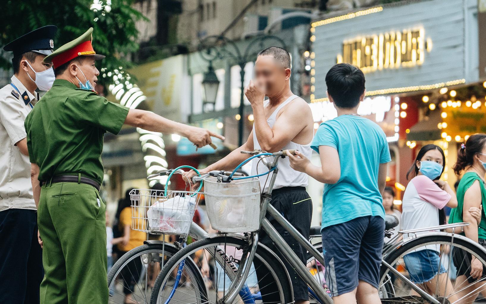 Lực lượng chức năng tăng cường nhắc nhở người dân không được đạp xe ở phố đi bộ sau vụ việc cụ bà bị thiếu niên tông nguy kịch
