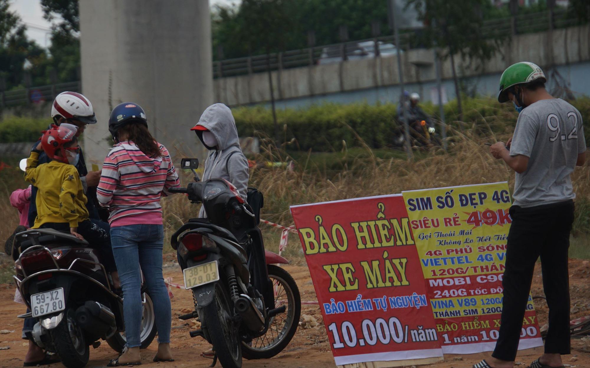 Bảo hiểm xe máy 10.000 đồng mọc lên như nấm ở lề đường Sài Gòn, người mua nguy cơ