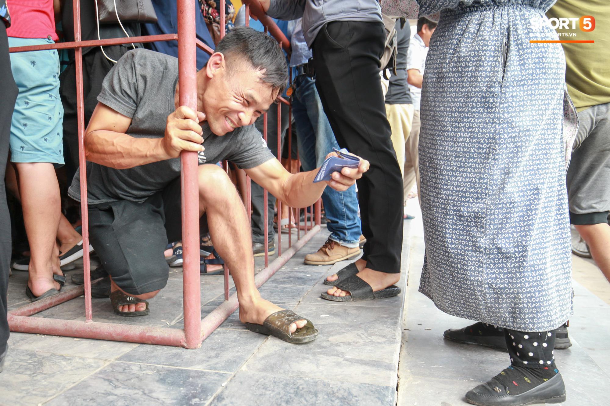 Chen nhau nghẹt thở mua vé xem bóng đá ở Nam Định, dân phe Hà Nội cũng đổ về thu gom - Ảnh 8.