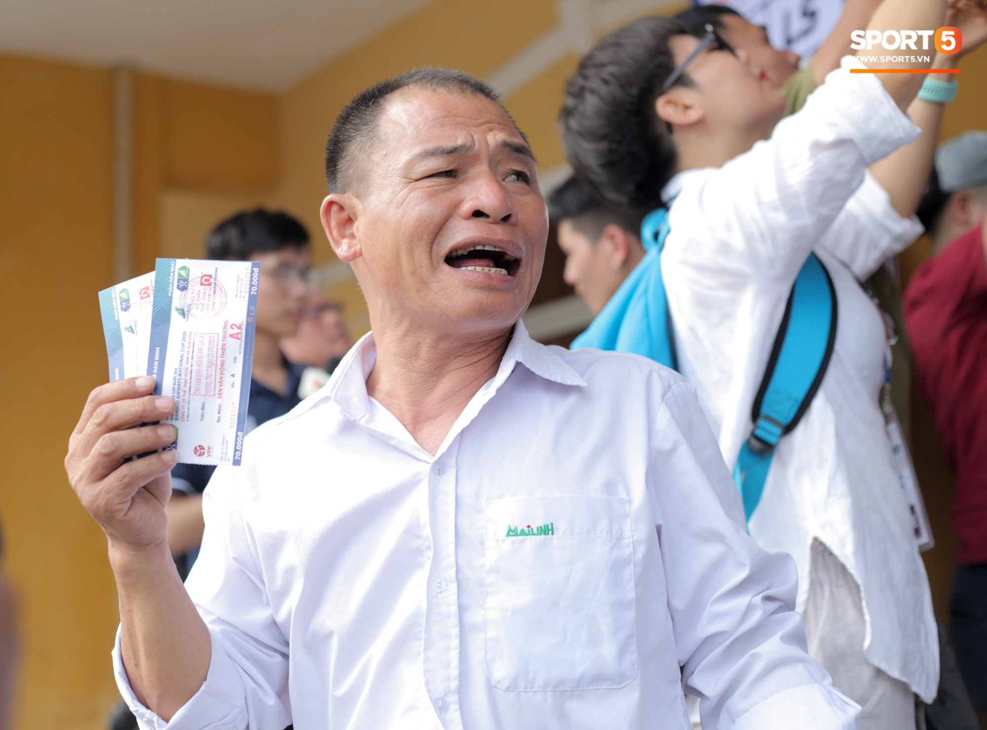 Chen nhau nghẹt thở mua vé xem bóng đá ở Nam Định, dân phe Hà Nội cũng đổ về thu gom - Ảnh 12.