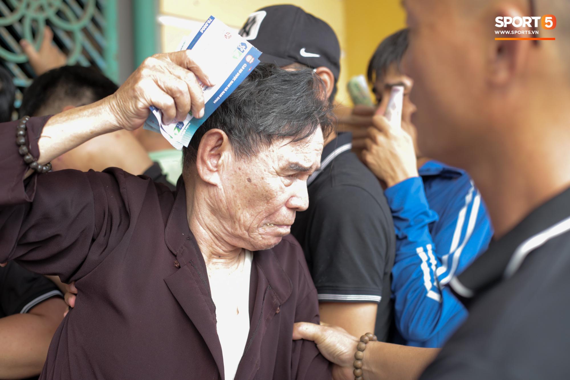 Chen nhau nghẹt thở mua vé xem bóng đá ở Nam Định, dân phe Hà Nội cũng đổ về thu gom - Ảnh 11.