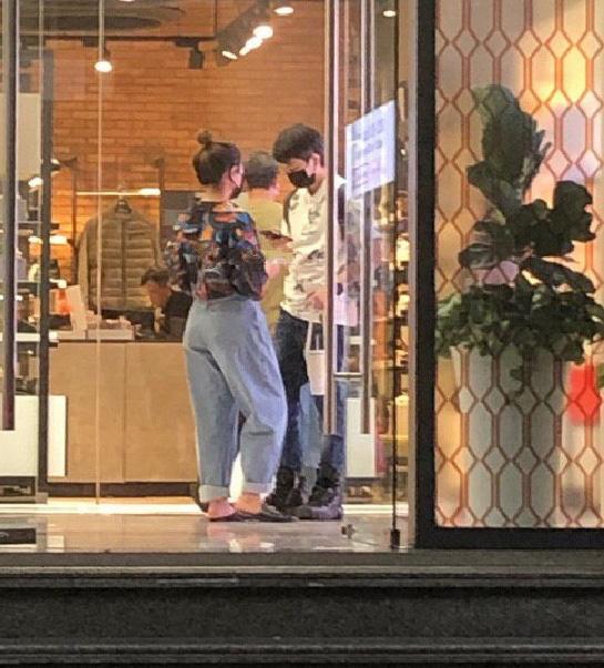 Gil Lê bị bắt gặp đi mua sắm với Hoàng Thùy Linh giữa ồn ào với Chi Pu - ảnh 1