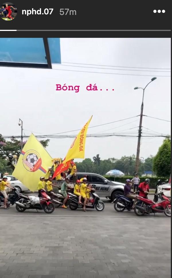 Sao HAGL thích thú khi thấy cổ động Nam Định diễu hành, hát hò từ sáng trước trận cầu đặc biệt - ảnh 1