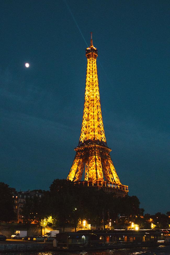 Tháp Eiffel nổi tiếng thế giới thì ai cũng biết nhưng trên đỉnh tòa tháp này còn ẩn chứa một bí mật bất ngờ và vô cùng đặc biệt - ảnh 1