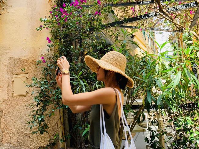Khác với hình ảnh kín đáo thường thấy, Song Hye Kyo cứ đi du lịch là quẩy đồ gợi cảm hơn hẳn - ảnh 3