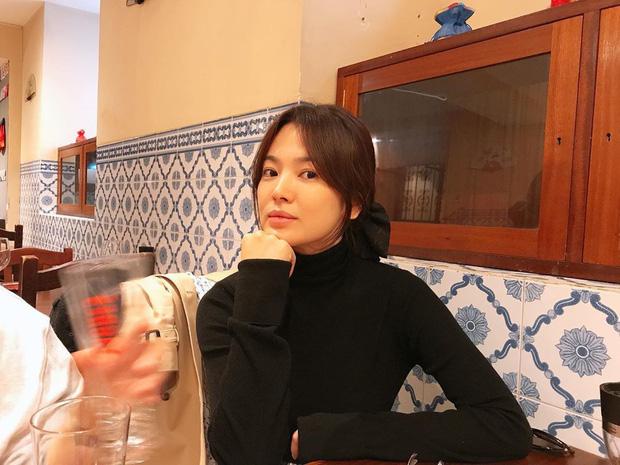 Khác với hình ảnh kín đáo thường thấy, Song Hye Kyo cứ đi du lịch là quẩy đồ gợi cảm hơn hẳn - ảnh 8