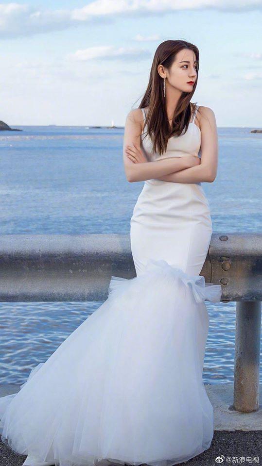 9 cô dâu nhan sắc đỉnh bức người ở màn ảnh Hoa ngữ: Cứ nghĩ thần thái là thế nhưng Địch Lệ Nhiệt Ba vẫn chưa phải đỉnh nhất nha! - ảnh 2