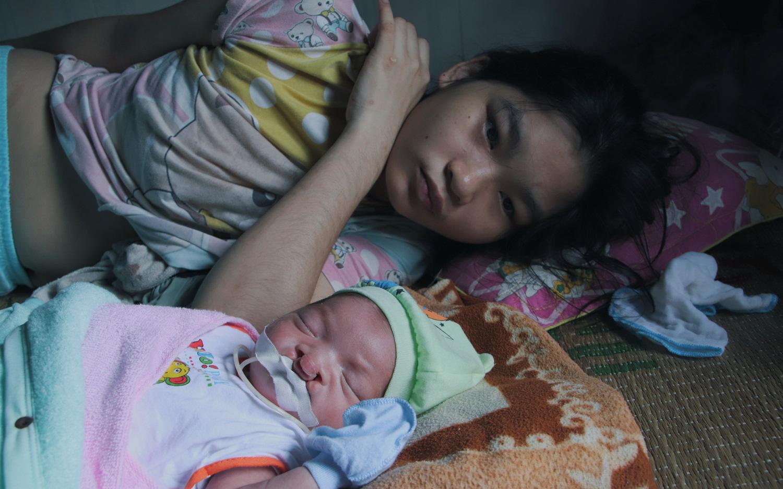 Xót cảnh bé trai 3 tháng tuổi không biết mặt bố, vừa chào đời đã mắc bệnh tim, hở hàm ếch sống bên người mẹ khù khờ