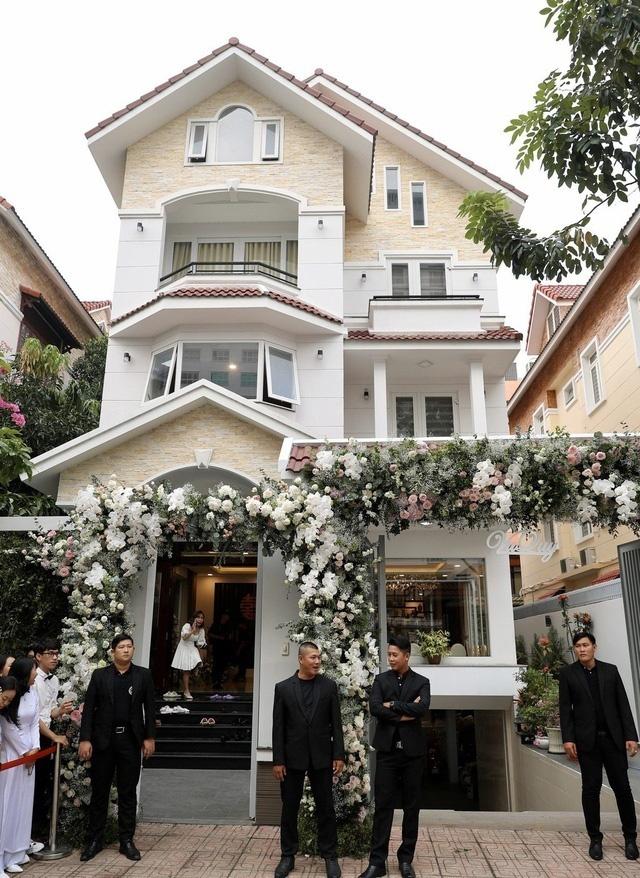 Khối tài sản của hội mỹ nhân Vbiz sinh con năm Chuột vàng: Ở nhà sang đi xế xịn, choáng nhất nữ ca sĩ chi 21 tỷ mua trang sức - ảnh 12