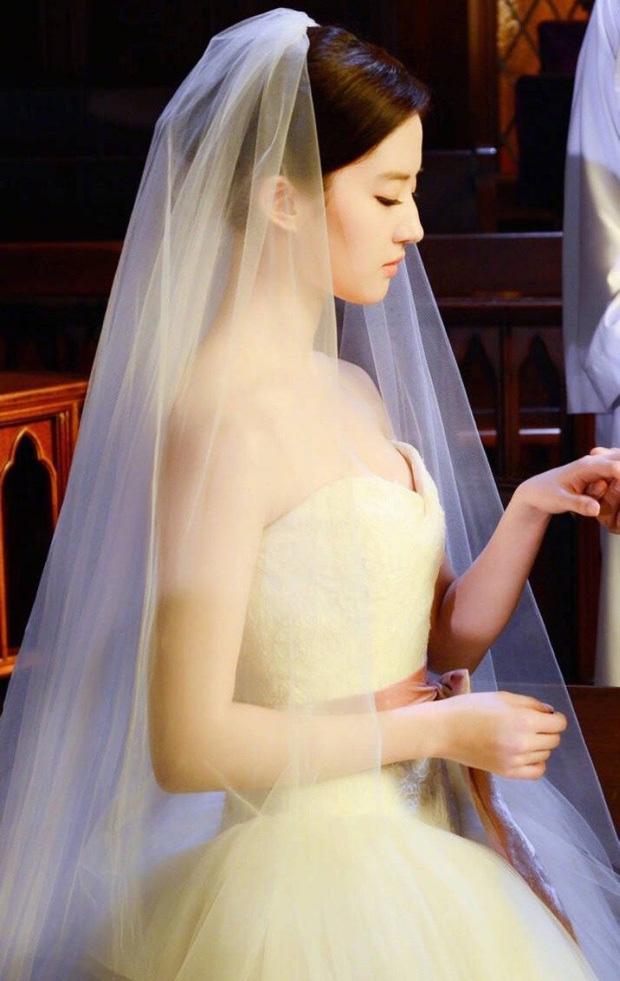 9 cô dâu nhan sắc đỉnh bức người ở màn ảnh Hoa ngữ: Cứ nghĩ thần thái là thế nhưng Địch Lệ Nhiệt Ba vẫn chưa phải đỉnh nhất nha! - ảnh 12