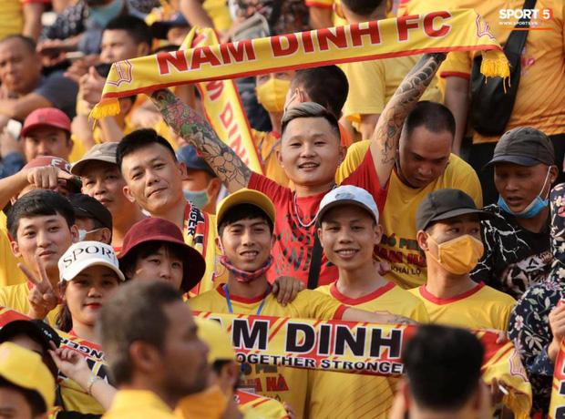 Báo Thái Lan hốt hoảng khi thấy biển người Việt đi xem bóng đá: Tại sao họ không đeo khẩu trang và cũng chẳng giữ khoảng cách an toàn? - ảnh 9