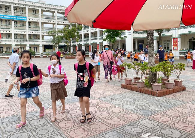 Học sinh đi học trong giai đoạn nắng nóng đỉnh điểm nhất năm, nhiều trường điều chỉnh quy định và thời gian học - ảnh 4