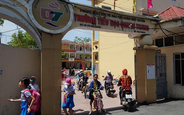 """Bé gái lớp 1 đứng nắng trước cổng trường vì đi học sớm: """"Học sinh còn bé cần được bênh vực, bảo vệ và che chở"""""""