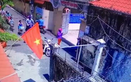 Vụ học sinh lớp 1 bị phê bình vì đến trường sớm: Xuất hiện đoạn clip nghi người mẹ cho con đứng trước cổng trường để chụp ảnh