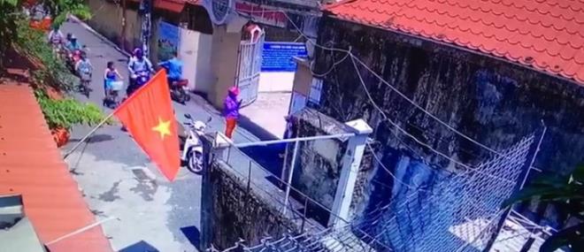Vụ học sinh lớp 1 bị phê bình vì đến trường sớm: Xuất hiện đoạn clip nghi người mẹ cho con đứng trước cổng trường để chụp ảnh - ảnh 1