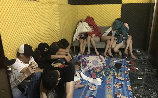 Bắt giam chủ khách sạn để 57 nam nữ tổ chức tiệc ma túy - ảnh 1