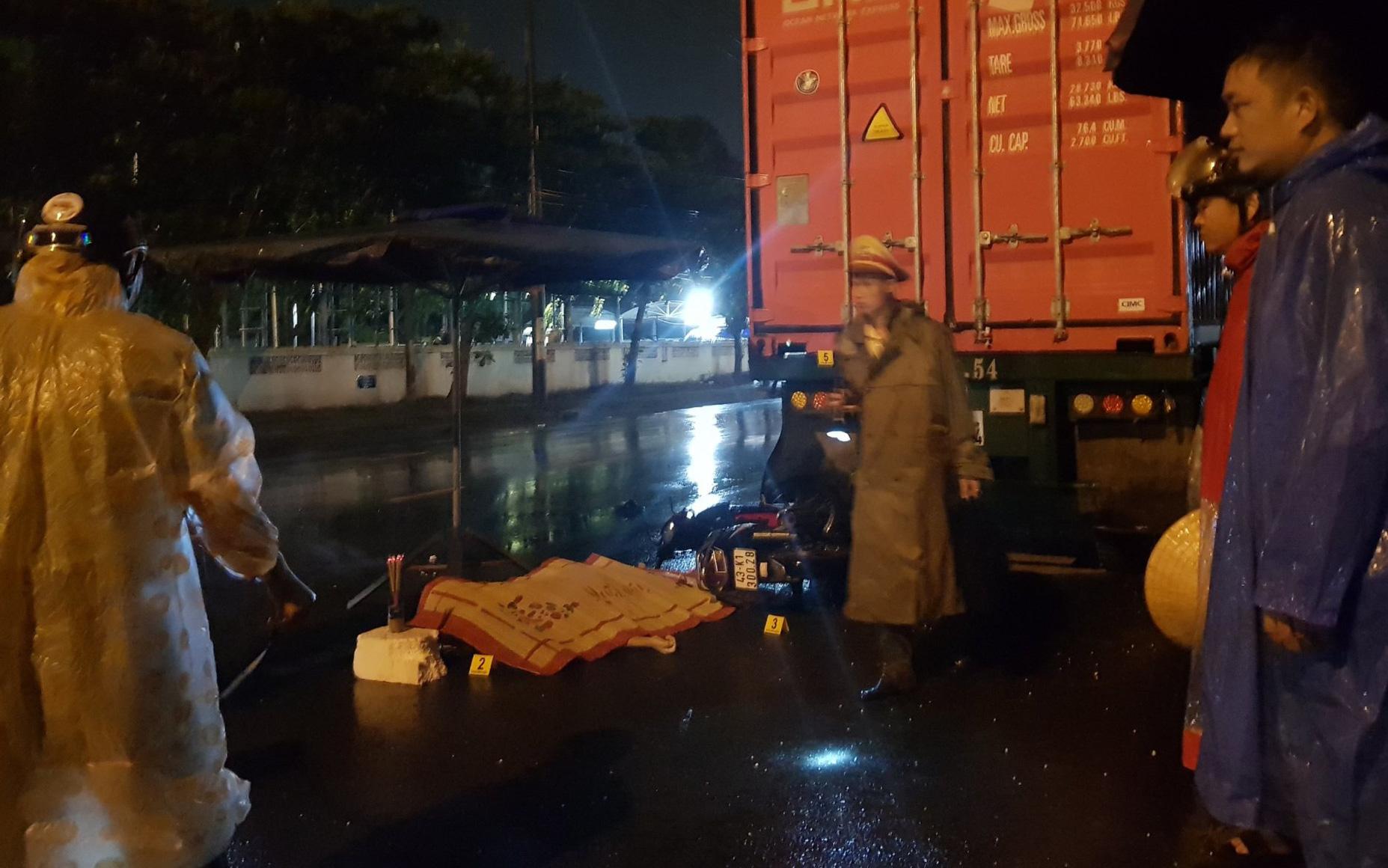 Tông vào đuôi container, nam bảo vệ chết thảm trên đường đi làm giữa đêm mưa