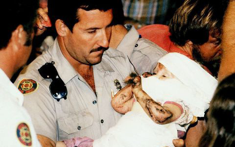 Cuộc giải cứu nghẹt thở trên truyền hình Mỹ: Bé gái được bế ra khỏi giếng hẹp khiến hàng triệu người vỡ òa và câu chuyện đáng buồn sau đó