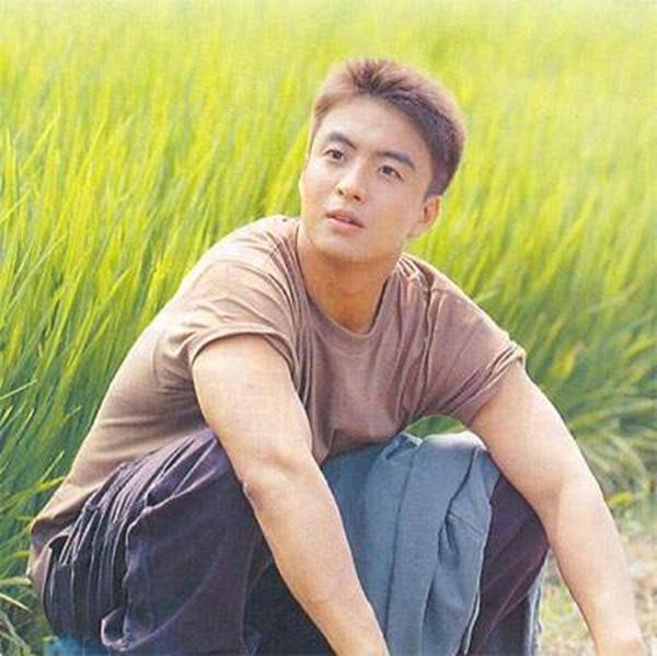 Bae Yong Joon: Quá khứ nghèo khổ, bị giới hào môn chối bỏ rồi thành ông hoàng Kbiz hô biến mỹ nhân Vườn sao băng thành bà hoàng - ảnh 2