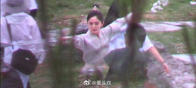 Dương Mịch đi đường quyền siêu đỉnh ở hậu trường phim, netizen cà khịa: Xem mà tưởng Phù Dao năm nào cơ! - ảnh 4
