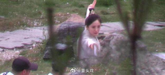 Dương Mịch đi đường quyền siêu đỉnh ở hậu trường phim, netizen cà khịa: Xem mà tưởng Phù Dao năm nào cơ! - ảnh 5