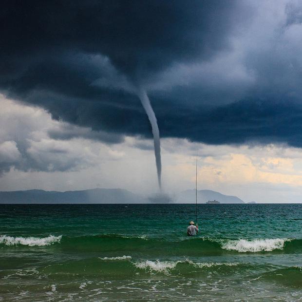 Bức ảnh Ông già và biển cả phiên bản Việt lọt top 1 ảnh về câu chuyện đại dương do National Geographic bình chọn và chia sẻ đầu tiên của chính tác giả - ảnh 1