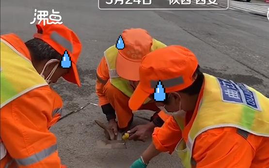 Công nhân vệ sinh ngồi cân đo đong đếm từng lượng bụi: Hé lộ công việc khắc nghiệt và trả lương thấp bậc nhất thế giới