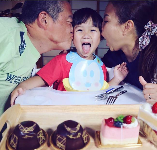 Biết nhóc Sa lầy lội khi quay vlog cùng mẹ Quỳnh Trần JP, song hình ảnh đời thường của Sa qua ống kính của bố mới thật đáng yêu làm sao! - Ảnh 1.