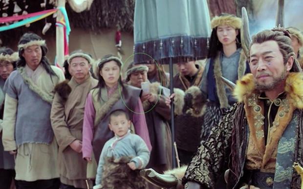 Rổ sạn hài tắt thở phim Hoa ngữ: Điện thoại, giày thể thao bất ngờ xuyên không về thời cổ trang - ảnh 13