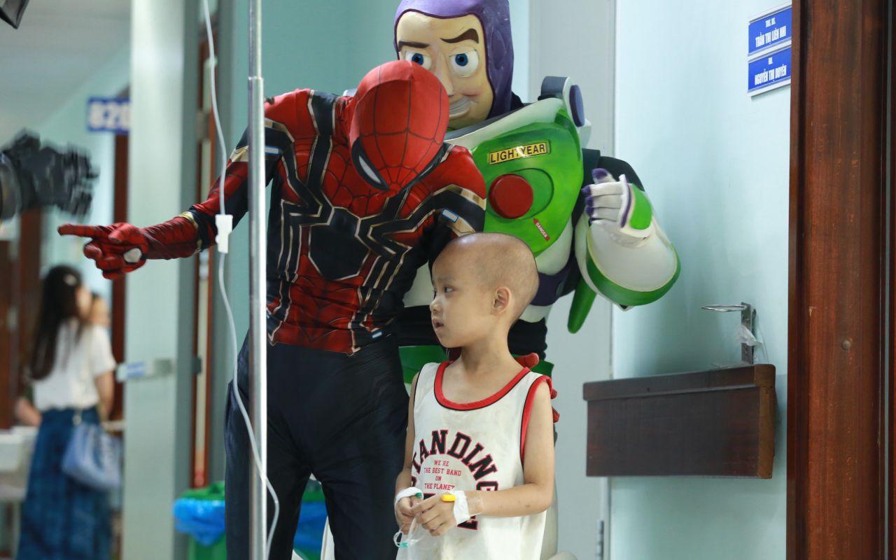 """Ấm lòng """"siêu anh hùng"""" đem niềm vui đến cho các em bé mang bệnh ung thư ngày 1/6 và câu chuyện cảm động về những chiếc điện thoại bên giường bệnh"""