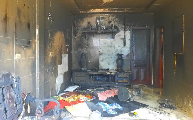 Mang can xăng đến đốt cháy rụi phòng khách nhà mẹ vợ cũ - Ảnh 1.