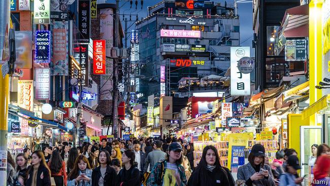 Dù tốt nghiệp Đại học, vì sao nhiều người trẻ Hàn Quốc lại chọn làm công nhân vệ sinh? - Ảnh 1.