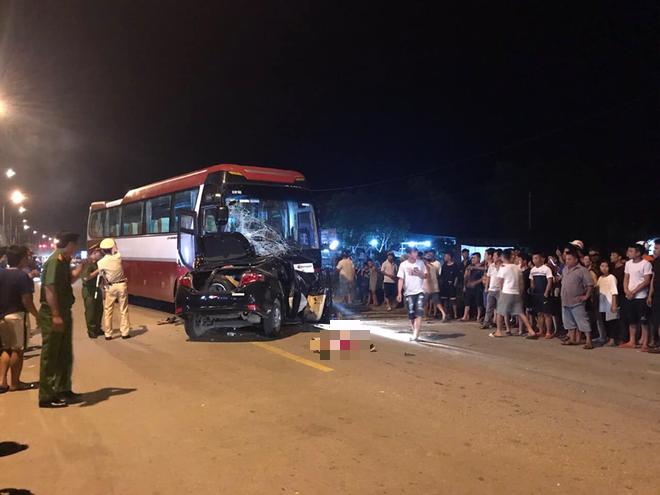 Thanh Hoá: Ô tô con đấu đầu xe khách kinh hoàng, 1 người tử vong tại chỗ, nhiều người bị thương - Ảnh 2.