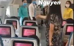 Bức xúc clip nữ hành khách làm loạn, liên tục gào thét trên máy bay: ''Tôi muốn ra Hà Nội ngay lập tức, không thể chịu nổi cái nơi này nữa''