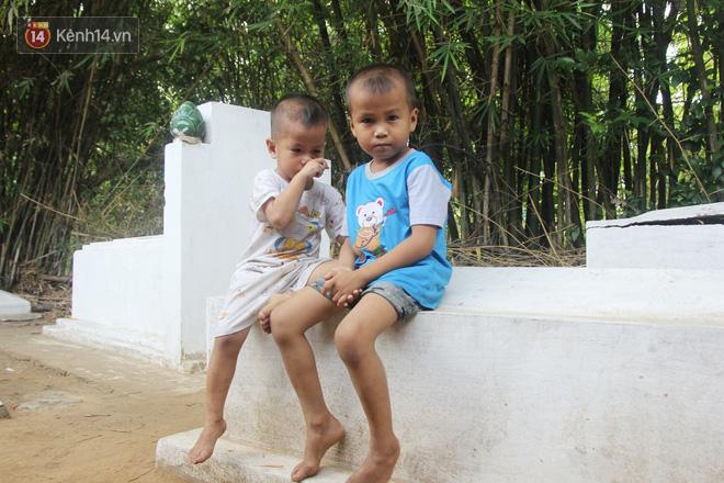 Xót cảnh 2 đứa trẻ sống cạnh những ngôi mộ, chẳng biết nói chuyện, ngày ngày đợi mẹ khờ đi xin thuốc về uống - ảnh 1