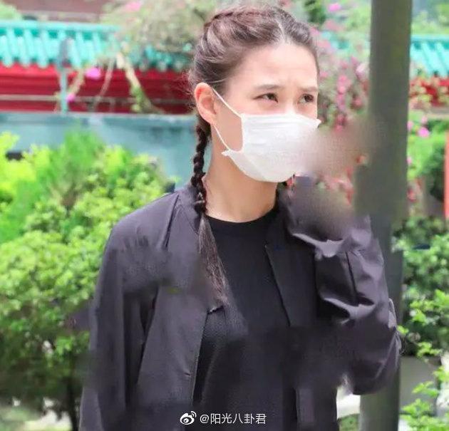 Gia tộc trùm sòng bạc lần đầu lộ diện tổ chức lễ viếng: Ming Xi tiều tụy, Hà Du Quân mặt biến sắc vì câu hỏi nhạy cảm - ảnh 3