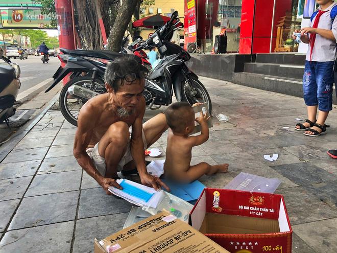 Xót cảnh em bé 18 tháng tuổi trần truồng trong thùng xốp, theo ông lang thang ngoài đường dưới cái nắng nóng gay gắt của Hà Nội - ảnh 5