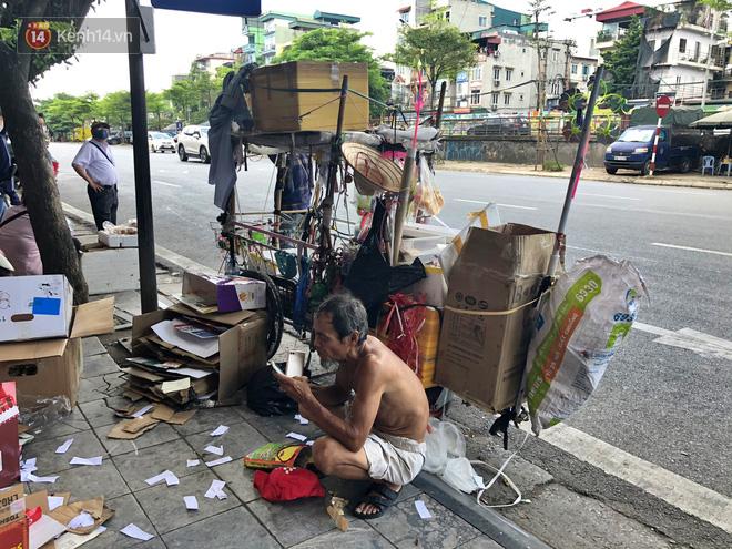 Xót cảnh em bé 18 tháng tuổi trần truồng trong thùng xốp, theo ông lang thang ngoài đường dưới cái nắng nóng gay gắt của Hà Nội - ảnh 2