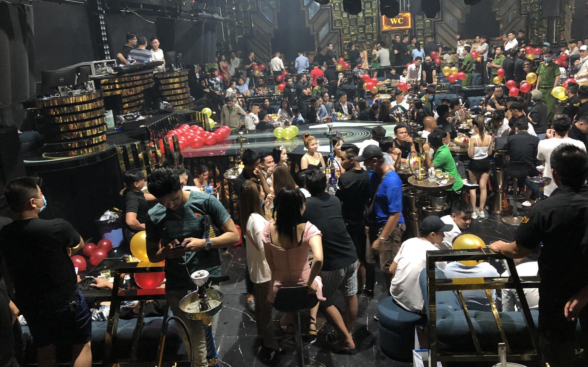 """Hàng trăm """"dân chơi"""" tháo chạy tán loạn khỏi quán bar ở Sài Gòn khi bị kiểm tra"""