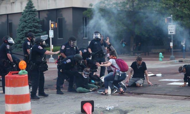 Hơn 60 phóng viên bị tấn công trong các cuộc biểu tình ở Mỹ - ảnh 1