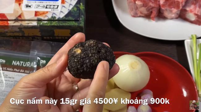 Quỳnh Trần JP chơi lớn với vlog làm phở từ nguyên liệu nhà giàu gồm thịt bò Kobe và nấm Truffle, 1 tô phở của nàng bằng vài chục tô ở Việt Nam - Ảnh 4.