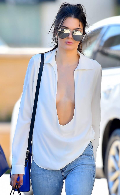 Nắng nóng ngại mặc nội y, bao chị em vô tư thả rông để vòng 1 đi chơi xa khiến ai nhìn cũng phải ngượng thay - Ảnh 1.