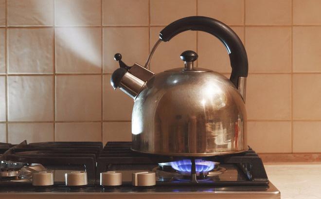 Nước đóng chai, nước khoáng, nước máy đun sôi: loại nước nào uống trong thời gian dài thì tốt cho sức khỏe lẫn ví tiền? - Ảnh 3.