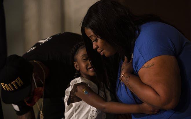 """""""Anh ấy sẽ không bao giờ được thấy con lớn lên nữa"""": Vợ George Floyd nhòe lệ bên con gái 6 tuổi, chỉ mong đòi lại sự công bằng"""