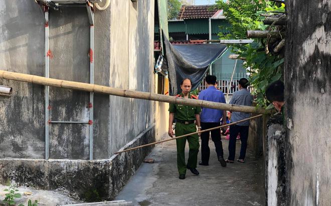 Hoảng hồn phát hiện 2 vợ chồng cùng người bạn nằm tử vong dưới chân cột điện trước nhà