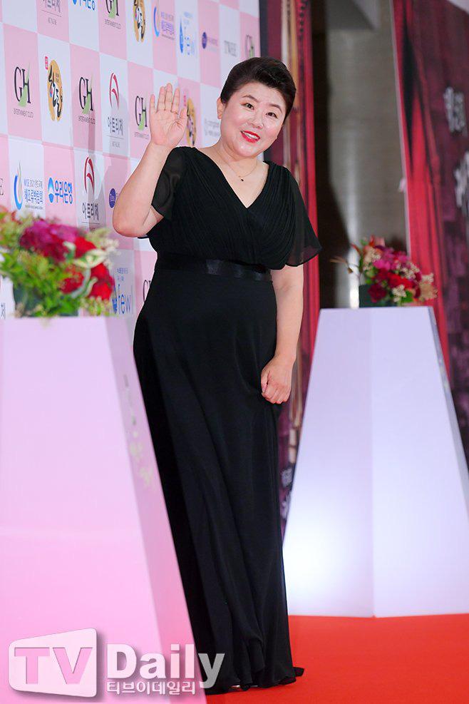 Park Bom gây sốc khuôn mặt méo mó đến lạ, hút hết truyền thông trước dàn diễn viên đình đám ở thảm đỏ Oscars Hàn Quốc - ảnh 9