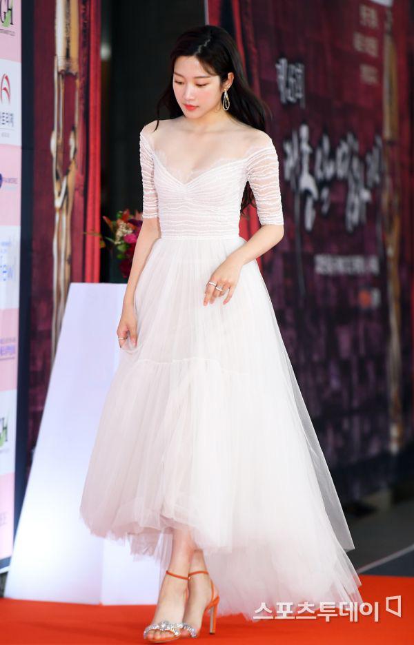 Park Bom gây sốc khuôn mặt méo mó đến lạ, hút hết truyền thông trước dàn diễn viên đình đám ở thảm đỏ Oscars Hàn Quốc - ảnh 10